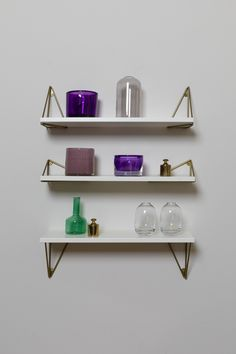 Flexibel shelves with possibilty to rotate brackets for function and style. Pythagoras XS is made in Sweden from 100% reycled metal and wood from sustaiable forestry.