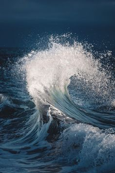 Art sponge makes more natural looking shadows when painting waves - Painting Ideas No Wave, Water Waves, Sea Waves, Sea And Ocean, Ocean Beach, Waves Photography, Nature Photography, Beautiful Ocean, Ocean Art