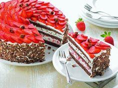 Schwarzwälder Erdbeertorte Eine dekorative Sahne-Torte mit frischen Erdbeeren für den Sommer