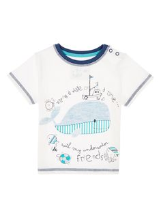 This whale print T-shirt with short sleeves and a crew neck is perfect for everyday wear. Cotton-soft, this piece can be paired with jeans and chinos.