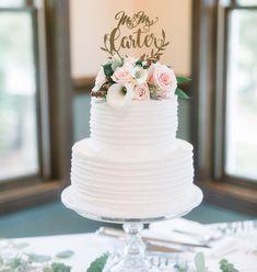 Bolo de casamento de dois andares, decorado com flores naturais.
