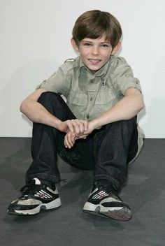 Cute little Robbie Kay xx Once Upon A Time Peter Pan, Robbie Kay Peter Pan, Heroes Reborn, Peter Pan Disney, Small Boy, Falling In Love With Him, Disney Quotes, Ouat, Going Crazy