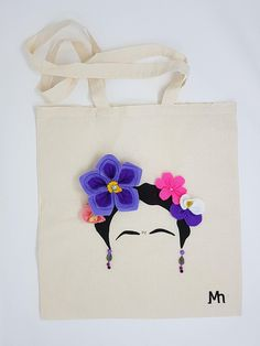 Tote bag Frida Kahlo in violet:  Frida Kahlo used flowers as a symbol of fertility and fecundity in her paintings.     #fridakahlo #violet #flowers #felt #flores #blumen #felt #fieltro #totebag
