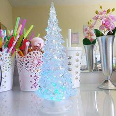 Mais um cantinho arrumado para o Natal, dessa vez, a penteadeira. 🎄Comprei essa mini árvore por apenas R$8,00 😊 Ela é à pilha e faz transição de cores. Achei uma fofura.