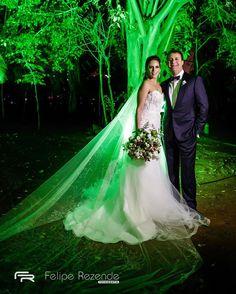 Retratos classicos de um casamento! Nayara  Fernando  Assessoria: @ericavaz Fotografia: @feliperezende Filme: @romaofilmes Coral: @delchiarocoral Bar: @brothersbarsp Buffet @buffetopcaoa Som e iluminação: @db2producao Decoração: @fernandaroccoetatianaganen Celebrante: @fredhhoss #feliperezende #amor #boda #bridal #bridalmakeup #bride #bridetobe #casamento #casar #cerimonia #familia #fotografiadecasamento #fotografodecasamento #happy #instawedding #love #marriage #noivos #noiva…