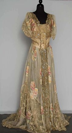 -Belle Epoch Summer Evening Gown, ca. 1900 Belle Epoch Summer Evening Gown, ca. Vestidos Vintage, Vintage Gowns, Vintage Outfits, Vintage Dior, Vintage Pearls, Vintage Beauty, Antique Clothing, Historical Clothing, Old Dresses