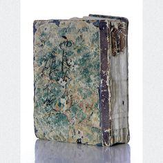 Sehr seltener kleiner Atlas des Japanischen Reiches. Illustriert mit 34 doppelseitigen und detaillierten Karten in attraktiver Koloration. Ein sehr interessantes Exemplar, gedruckt in Yoshida, Chuken, 1878.  ABMESSUNGEN: ca. H 11,9 cm x B 8,4 cm x T 2,3 cm