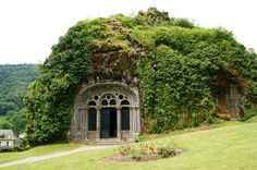 File:Monolithic chapel at Fontanges - Wikimedia Commons Casa Dos Hobbits, Underground Homes, Stone Houses, Cozy Cottage, Places To Go, Exterior, Outdoor Structures, Vacation, House Styles