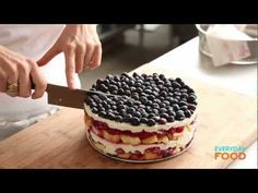 Red, White, And Blue Berry Trifle Cake Recipe Köstliche Desserts, Delicious Desserts, Dessert Recipes, Yummy Food, Cake Recipes, Cakes To Make, How To Make Cake, Trifle Cake, Berry Trifle