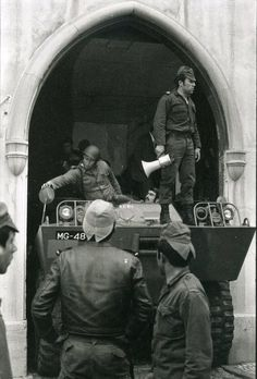 25 de Abril, a ''Revolução dos Cravos'' History Of Portugal, Spain And Portugal, World Conflicts, Fidel Castro, History Facts, Wwi, Portuguese, Culture, Black And White