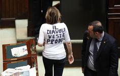 """Alessandra Mussolini, neta do ditador fascista Benito Mussolini, faz protesto durante segundo dia de votação da eleição presidencial da Itália nesta sexta-feira (19/04). Ela veste uma camiseta com os dizeres """"O diabo veste Prodi"""", em referência ao candidato da esquerda Romano Prodi - http://revistaepoca.globo.com//Sociedade/fotos/2013/04/fotos-do-dia-19-de-abril-de-2013.html (Foto: EFE/ALESSANDRO DI MEO)"""