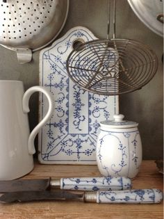 Vintage Blue and White Kitchen Collection - cutting board, canister and porcelain handled knives - via Sjarmerende GJENBRUK: Kjøkken fint