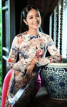 Hoa hậu Ngọc Hân e ấp với áo dài hoa - VnExpress Giải trí