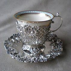 Taza y plata de plata y porcelana