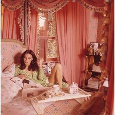 "Vogue called Diane von Furstenberg& Manhattan digs a ""glamour-star's pad."" She said it was ""a woman's apartment,"" and decorated it in pink. Vintage Vogue, Vintage Pink, Vintage Fashion, Vintage Glamour, 70s Fashion, Trendy Fashion, Vintage Ski, Vogue Fashion, Fashion News"