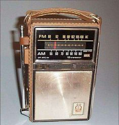 The leather case radio. An AM/FM radio that had a handle to carry, and a retractable antenna. I remember going to the beach, and my mom taking it. My Childhood Memories, Childhood Toys, Sweet Memories, 1970s Childhood, School Memories, Childhood Images, Radios, Photo Vintage, Retro Vintage