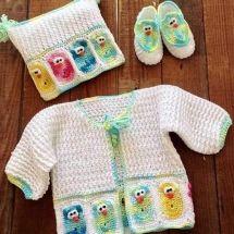 Crochet an owl baby set and layette for new baby pattern. Baby Set, Häkelanleitung Baby, Crochet Hook Sizes, Crochet Stitches, Knit Crochet, Crochet Motif, Cute Baby Owl, Baby Owls, Baby Patterns