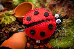 Vilt patroon van een lieveheersbeestje inclusie werkbeschrijving. Felt pattern PDF ornament ladybug