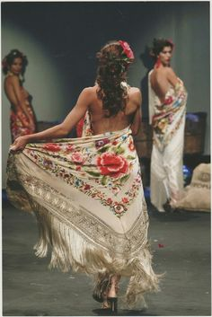 Passion For Fashion, Love Fashion, Save The Last Dance, Flamenco Dancers, Bohemian Lifestyle, Silk Shawl, Floral Style, Dance Wear, Beautiful Outfits