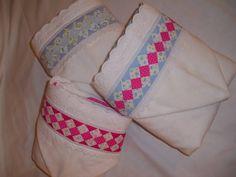 Toalha de banho aveludada, forrada com fralda cremer com capuz e acabamento em seminole e bordado ingles  Tam 0,70x1,20  Pode ser feito em outras cores R$ 70,00