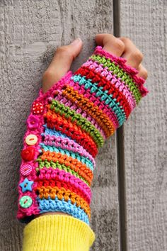 Crochet scarves 765471267890574901 - Comment Tricoter des Mitaines sans Doigts Source by christianebrassaud Cute Crochet, Crochet Crafts, Crochet Projects, Crochet Baby, Knit Crochet, Beautiful Crochet, Rainbow Crochet, Crochet Gloves Pattern, Crochet Patterns
