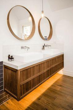 salle de bain décorée avec deux miroirs ronds