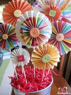 Flores artesanais como Decoracao e lembrança Paper Flowers Craft, Origami Flowers, Flower Crafts, Fabric Flowers, Paper Crafts, Diy Crafts, Fiesta Party Decorations, Birthday Party Decorations, Cupcake Crafts