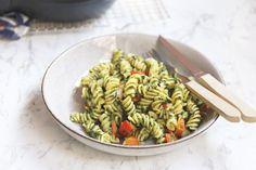 Pasta pesto vinden wij altijd lekker en zetten we meestal op tafel als we niet veel meer in huis hebben. Want pasta en pesto hebben we altijd ;). Deze pasta pesto met spinazie en kip is een iets meer aangekledere versie dan de gewone pasta pesto. Wij vonden hem erg lekker en zeker voor herhaling...Lees Meer » Food L, Pesto Pasta, Wok, Green Beans, Risotto, Food And Drink, Dinner, Vegetables, Cooking