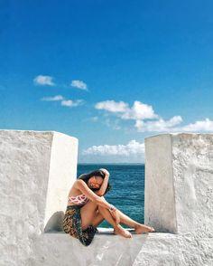Aquele momento em que o sol deu o ar de graça em Salvador e a amiga aqui ficou tooooda boba! Essa fotoca eu tirei no Forte de Santa Maria.… Beach Poses, Salvador, Foto Instagram, Insta Photo Ideas, Foto Pose, Summer Photos, Beach Photography, Picture Poses, Aesthetic Pictures