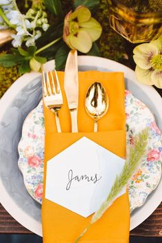 Punch of color + geometric place card + calligraphy. The perfect mix of everything.