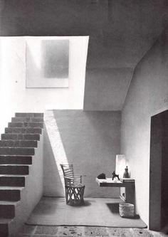 Vestíbulo con escalera principal, Casa Barragán, calle General F Ramírez, Tacubaya, México DF 1948   Arq. Luis Barragán   Foto. Alexandre Georges -  Foyer with main staircase, Casa Barraga, calle Gen. F. Ramirez, Tacubaya, Mexico City 1948