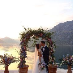 Casamento na beira do lago com essa vista maravilhosa do…