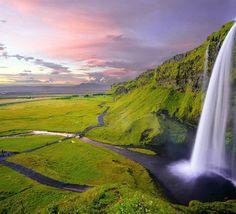 A mais famosa cachoeira da Islândia é um #mustsee para quem faz um roteiro pela Ring Road, o anel viário. #seljalandsfoss #waterfall #islandia #iceland #europa #europe #luxurytravel #wonders #travelgram #instatrave #nature #owtboutiquetravel #travellermade #travel #owtboutiquetravel #viagem 📸Robert Lukeman