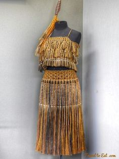 Te Puia (Weaving School), Māori Arts and Crafts Institute. Rotorura, New Zealand Maori Designs, Flax Weaving, Weaving Art, Maori Art, Art And Craft Design, Kiwiana, Red Feather, Thinking Day, Indigenous Art