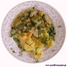 Zucchini-Gurken-Gulasch  Für die Gurken und Zucchinisaisaon hat Madleen ein leckeres Zucchini-Gurken-Gulasch-Rezept für Euch Thai Red Curry, Ethnic Recipes, Food, Preserving Zucchini, Zucchini Casserole, Potatoes, Goulash Recipes, Eating Raw, Cucumber Salad