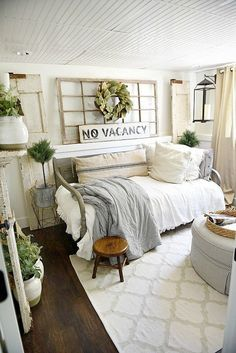 Guest bedroom makeover - See how this bedroom was turned into a dreamy farmhouse guest bedroom with all of the sources! Farmhouse Style Bedrooms, Farmhouse Bedroom Decor, Country Farmhouse Decor, Modern Farmhouse, Farmhouse Daybeds, Farmhouse Office, Cottage Farmhouse, Rustic Bedrooms, Vintage Farmhouse Decor