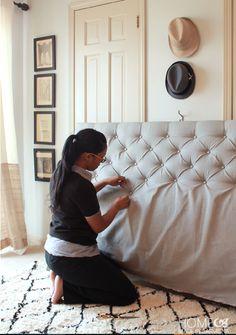 Per capire come realizzare una testata del letto imbottita fai-da-te, basta seguire questo tutorial di foto: la creativa ti spiega passo passo come fare.