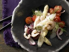 Spargel-Tomaten-Salat - mit Garnelen und Dill - smarter - Kalorien: 238 Kcal - Zeit: 25 Min. | eatsmarter.de
