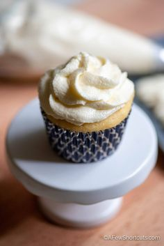 Only four ingredients in this super light and delicious icing! Try this Marshmallow Fluff Frosting Recipe the next time you make cupcakes! | @AFewShortcuts #recipes #frosting #glutenfree #dairyfree Marshmallow Frosting Recipes, Marshmallow Fluff Frosting, Easy Buttercream Frosting, Homemade Frosting, Icing Recipe For Cake, Fudge Cookie Recipe, Fudge Recipes, Recipe For 4, Never Fail Fudge Recipe