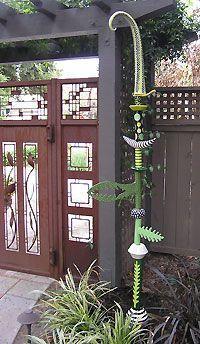 Salvo por b burnham - Alles für den Garten Outdoor Sculpture, Outdoor Art, Garden Sculpture, Garden Whimsy, Garden Fun, Tropical Garden, Pole Art, Garden Totems, Pottery Sculpture