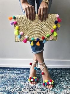 pom pom clutch and shoes. Summer Accessories Inspo pom pom clutch and shoes. Pom Pom Clutch, Mode Crochet, Crochet Bags, Wedding Gift Bags, Summer Bags, Cute Bags, Handmade Bags, Diy Fashion, Cheap Fashion