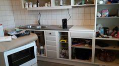 Det går framåt i köket. Kaklet på plats (silikonfogarna kvar bara) och lådorna färdigmålade och första knoppen på plats. Supernöjd med valet av den grå färgen.
