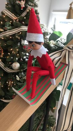 Super easy! Just use cardstock and roll the edge with a pen or marker! Christmas Scenes, Christmas Elf, Xmas, Elf On The Self, The Elf, My Little Pony Dolls, Awesome Elf On The Shelf Ideas, Naughty Elf, Metal Working Tools