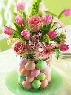 décoration florale avec fleurs et oeufs en bocal
