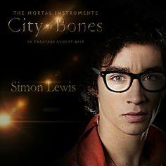 New York, de nos jours. Au cours d'une soirée, Clary, 15 ans, est témoin d'un meurtre. Elle est terrifiée lorsque le corps de la victime disparaît mystérieusement devant ses yeux...