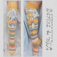 Frau stricken Socken mit Blume, Kniestrümpfe, gelben Socken stricken, Socken, Gestrickte Socken Mit Blumen, bunte Socken, handgefertigte Stulpen