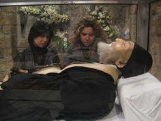 Dos devotas contemplan el cuerpo incorrupto de San Charbel. Monasterio maronita de Annaya (Líbano).