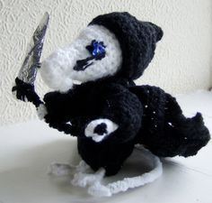 I had been wanting to crochet the Death of Rats, a Discworld character, for my daughter and, after seeing a similar Death of Rats, knitted by a fellow crafter and, as I couldn't find a decent crochet pattern for love nor money, I decided to have a go myself, and this it the result :) Actually, I'm quite pleased with it :)