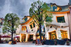 """Konu ilginç mimari yapılar olunca, ilginçlik kavramı kişiden kişiye farklılık gösterse de Krzywy Domek eminiz ki akla gelen ilk örneklerden biri oluyor. Türkçeye """"Çarpık Ev"""" olarak çevrilen Krzywy Domek, Polonya'nın Sopot şehrinde dekonstrüktivizm teması ile oldukça dikkat çeken modern bir gösteri evi olarak bulunuyor"""