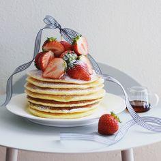 Good morning! Today's breakfast is strawberry pancakes♥ . . . 苺祭りの続きは やっぱりパンケーキで. . . 今日は薄焼きの バターミルクパンケーキ. . . シンプルにバターと少しのホイップ, メープルシロップと たっぷりの苺と. . . . 2015,6,14 . . .